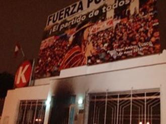 Fuerza Popular: sujetos queman llanta en el frontis del local