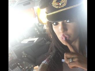 Instagram: 'Chica Playboy' es invitada a cabina de avión y origina investigación
