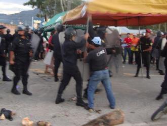 Detienen a mujer embarazada por lanzar piedras a patrullero durante operativo