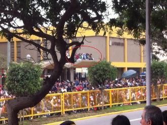 WhatsApp: captan a personas en el techo de un colegio en Parada Militar