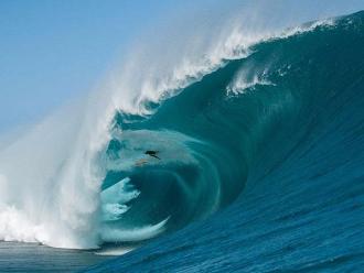 Niccolo Porcella: Surfista sale ileso tras ser revolcado por ola monstruosa