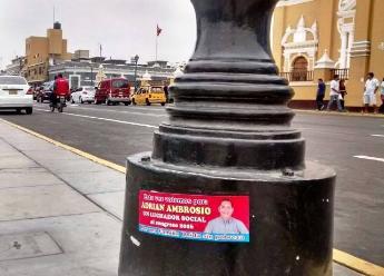 Trujillo: pegan calcomanías de candidato al Congreso en Plaza de Armas