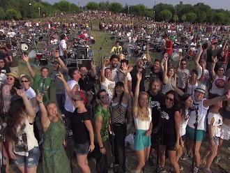 YouTube: 1000 fanáticos de Foo Fighters tocaron en vivo Learn To Fly