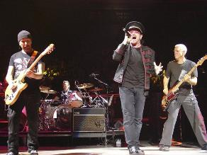 U2: chica que ayudó a Bono en accidente de bicicleta fue abucheada