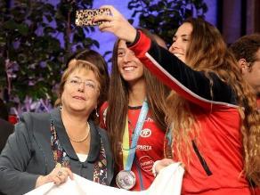 Aprobación a Bachelet cayó a 26 %, la más baja de sus dos mandatos