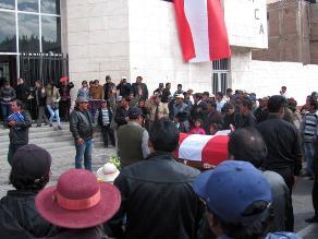 Puno: protestan contra empresa de transportes por muerte de dirigente