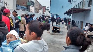 Trujillo: pese al frío siguen las colas por una cita en hospital Belén