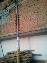 WhatsApp: poste forma parte de construcción de una casa en SJL