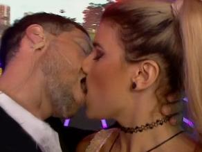 Combate: El beso apasionado entre Macarena Vélez y Sergio Martín