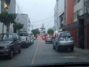 Surco: autos estacionados en plena pista generan malestar en conductores