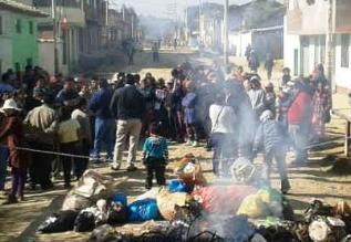 Huancayo: vecinos queman basura frente a restaurante de alcalde de Chilca