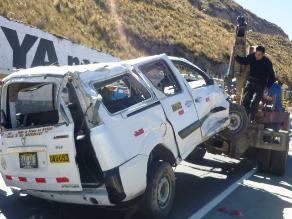 Junín: un muerto y un herido deja vuelco de retroexcavadora sobre combi