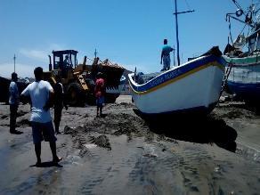 Continúan cerrados los puertos de La Libertad por oleajes anómalos