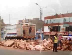 WhatsApp: Camión que carga ladrillos se vuelca en Ovalo de Naranjal