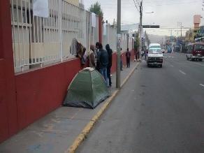 Pobladores duermen en calles por donde pasará corso de Arequipa