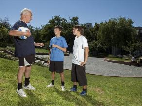 Cuatro ejercicios que puedes realizar con tus abuelos