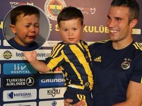 Robin van Persie recibió en Turquía a niño que lloró por su salida del United
