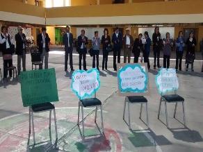 Docentes del colegio Arequipa realizan protesta de brazos caídos