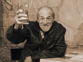 Enrique Victoria cumple 90 años de vida y los celebra sobre las tablas