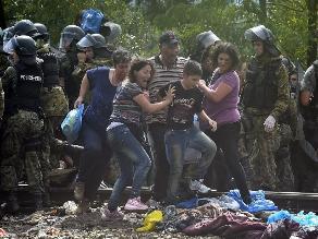 Cientos de refugiados rompen cordón policial y entran en Macedonia