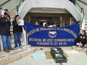 Chiclayo: trabajadores protestan con ataúd, velas y flores en municipio