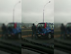 Los Olivos: aprovechó tráfico para miccionar fuera de su auto