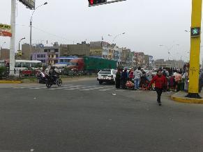 WhatsApp: Ambulantes toman parte de avenida Javier Prado en Ate