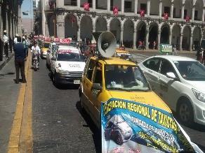 Arequipa: tras persecución taxistas capturan a ebrios agresores