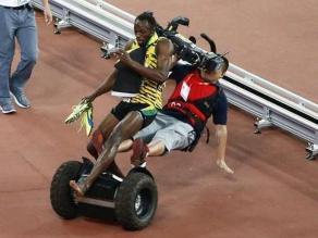 Usain Bolt: Camarógrafo lo atropelló cuando festejaba triunfo en los 200 metros
