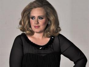 Adele luce espectacular figura, bajó 68 kilos