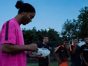 YouTube: Ronaldinho y la espectacular manera de estrenar sus nuevos chimpunes