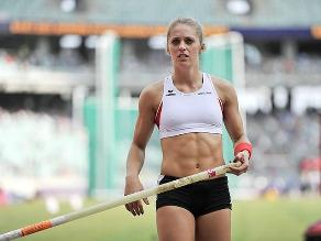 Kira Grünberg: Campeona mundial subasta prenda para apoyarla