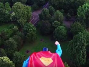 Youtube: Superman sobrevuela Londres encaramado en un dron