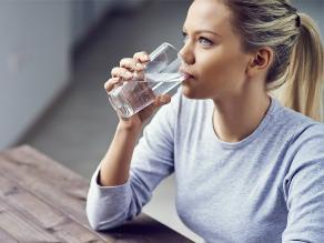 Beber un vaso de agua antes de comer ayuda a bajar de peso