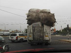 Surco: camión con excesiva carga pone en riesgo a conductores