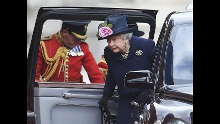 Una porción de la tarta de la boda de Isabel II se subasta por 680 euros