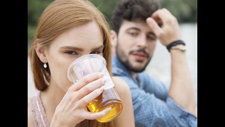 La cerveza motiva el erotismo en la primera cita, según estudios