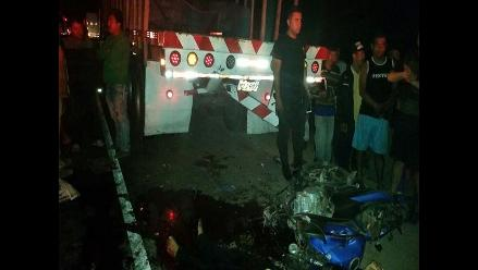 Chiclayo: estrellan moto contra camión cuando huían de la policía