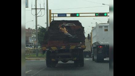 WhatsApp: captan a hombre viajando temerariamente sobre carga de camión