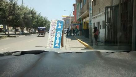 Chiclayo: letreros obstaculizan vía y ponen en riesgo a conductores