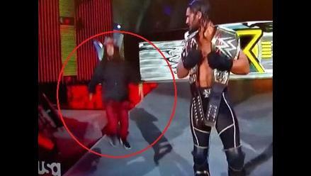 WWE: Fan entra a escena y sorprende a Seth Rollins en Monday Night RAW