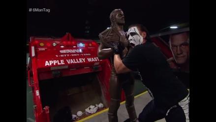 WWE: Sting destroza la estatua de Seth Rollins en Monday Night RAW