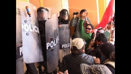 Huancayo: protestantes intentan ingresar por la fuerza al GRJ