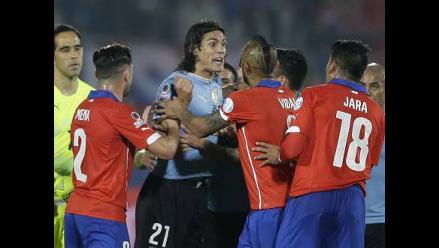 Edinson Cavani y Gonzalo Jara: jugador argentino reedita el 'dedo' del chileno