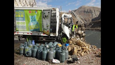 La Oroya: un herido dejó el choque entre bus y camión de balones de gas