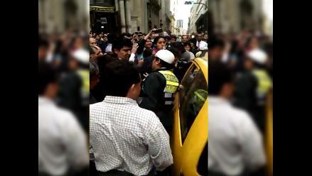 Centro de Lima: acorralan a delincuente en taxi para evitar su fuga