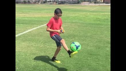 YouTube: Niño controla el balón y arma el cubo de Rubik al mismo tiempo