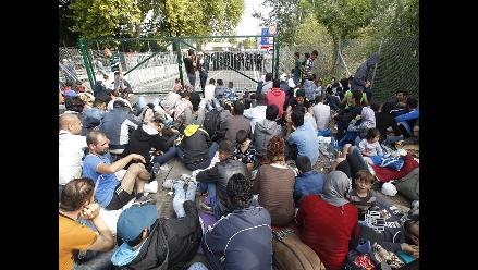 Hungría cierra el paso a refugiados en la frontera con Serbia