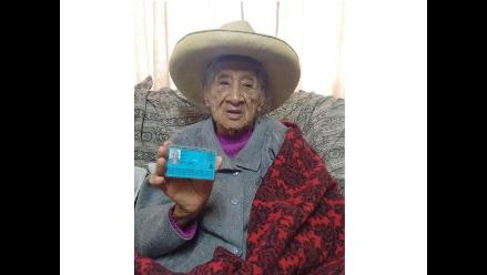 Los Olivos: Mujer de 93 años recibe su primer DNI