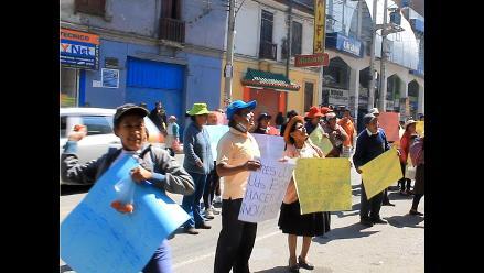 Huancayo: pobladores desalojados lanzan huevos a entidad financiera